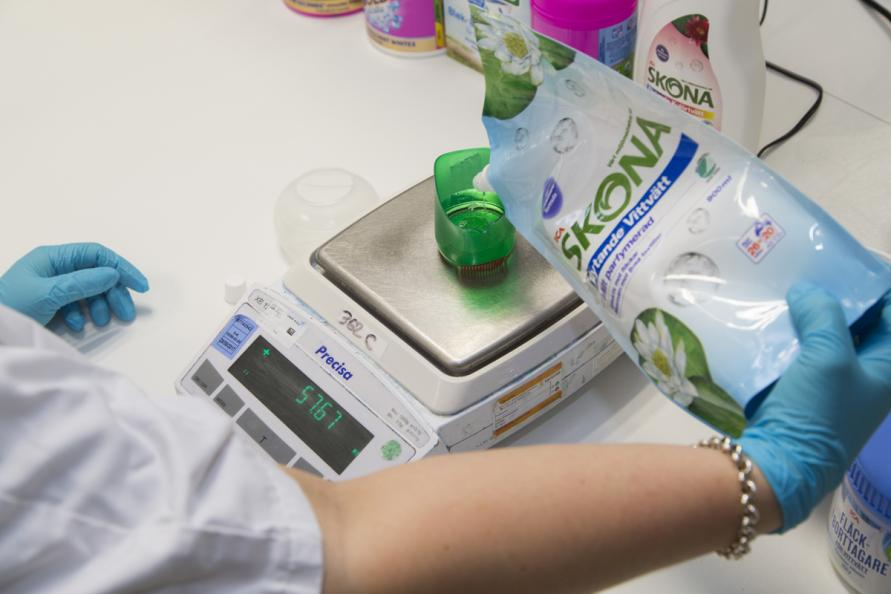 Som standardtvättmedel användes Skona flytande kulör och vittvätt. Foto: Matthieu Colin