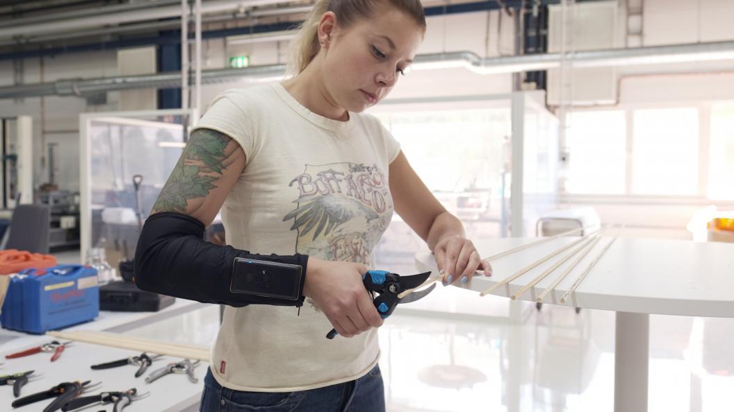 Elektroderna på underarmen mätte muskelaktiviteten, dvs. hur mycket muskelkraft som behövdes för att klippa med de olika sekatörerna. Det krävdes 27 procent mindre muskelkraft att klippa med den bästa jämfört med den sämsta sekatören. Foto: Ola Jacobsen.