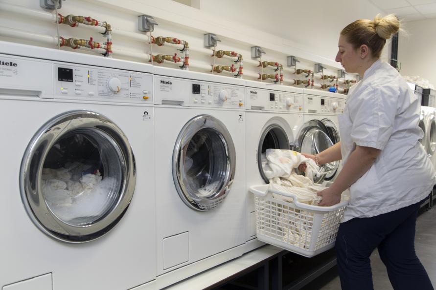 Fläckborttagarna testades som tillsats till vanligt tvättmedel i tvättmaskin. Foto: Matthieu Colin