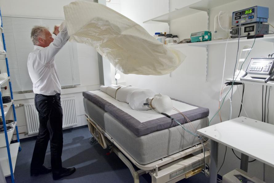 Florian Heidinger på EIM förbereder mätningen av sängens andningsförmåga och värmeisolerande egenskaper. Foto: Tobias Meyer