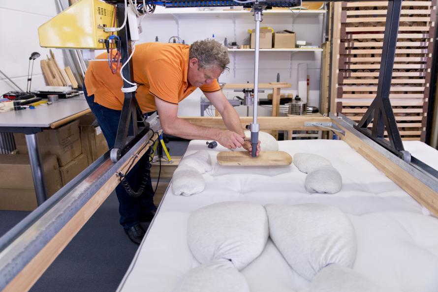 Sängens ergonomiska egenskaper simuleras med provdockor på EIM. Foto: Tobias Meyer