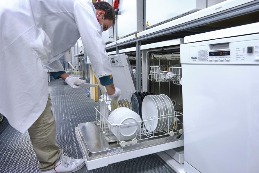 Den smutsiga disken placeras i laboratoriets diskmaskiner. Foto: Tobias Meyer