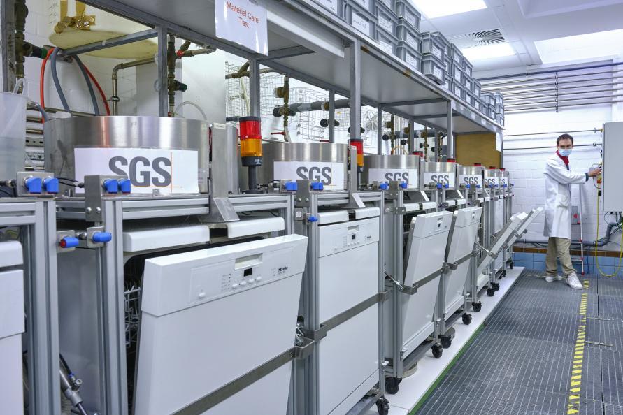 De olika diskmedlen testas i upp till 30 diskomgångar i automatiserade diskmaskiner. Foto: Tobias Meyer