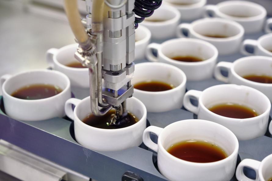 En robot häller i te i kopparna och suger sen upp innehållet gradvis för att simulera hur vi dricker vårt te. Foto: Tobias Mayer