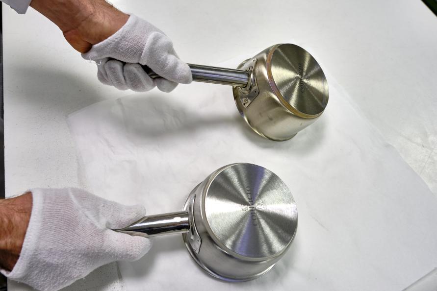 Kastrullerna av rostfritt stål kontrolleras för att upptäcka eventuella färgskiftningar. Ofta är det en gradvis förändring som man märker av först efter flera repetitioner i diskmaskinen. Foto: Tobias Mayer