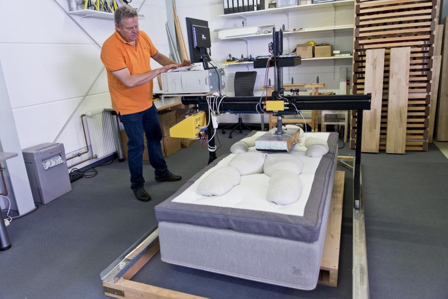 Sängen ska både flexa för höften i sidoläge och ge stöd åt svanken i ryggläge. Foto: Tobias Meyer