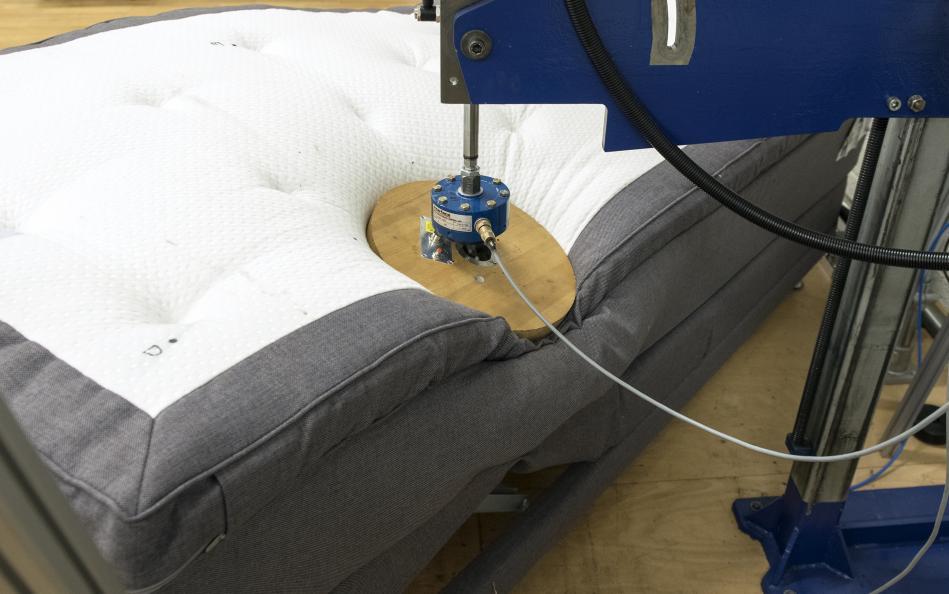 De ställbara sängarna testas på uthållighet, tålighet och hållfasthet. Här provas en belastning som motsvarar en person på 90 kg. Testlabb: RISE. Foto: Anna Sigge