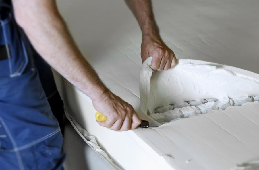 Efter samtliga uthållighetstester sprättas och inspekteras sängarna för inre skador. Foto: Anna Sigge